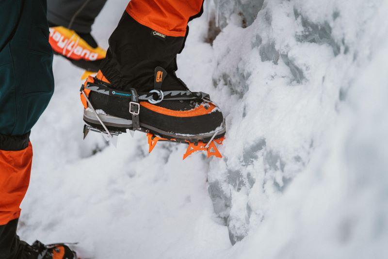 モノポイントのアイゼンは、爪が垂直に氷に刺さるよう、足は氷に対し水平に