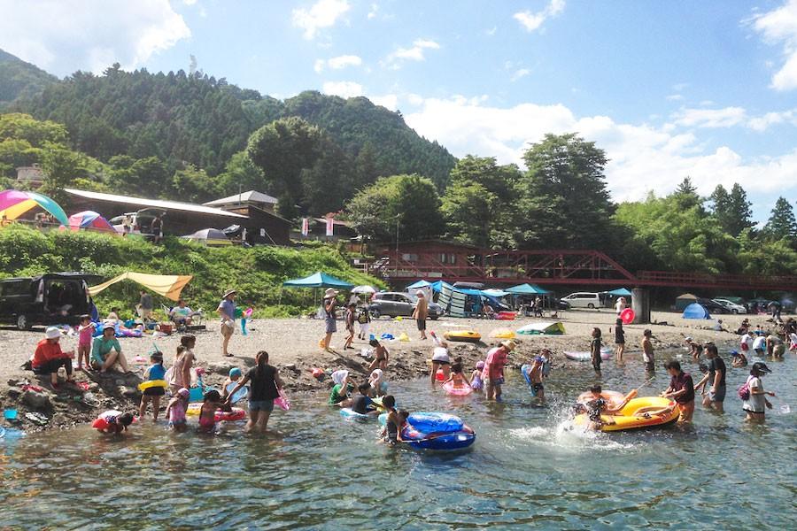 夏の風物詩「天然プール」の様子 ※ケニーズファミリービレッジ提供