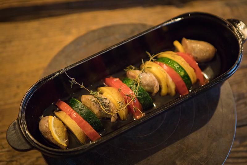 この日のおすすめメニューは「自家製ソーセージと野菜のはさみ焼き」(1,000円)。キャンプでも愛用中というスノーピークの「コロダッチ カプセル」で召し上がれ