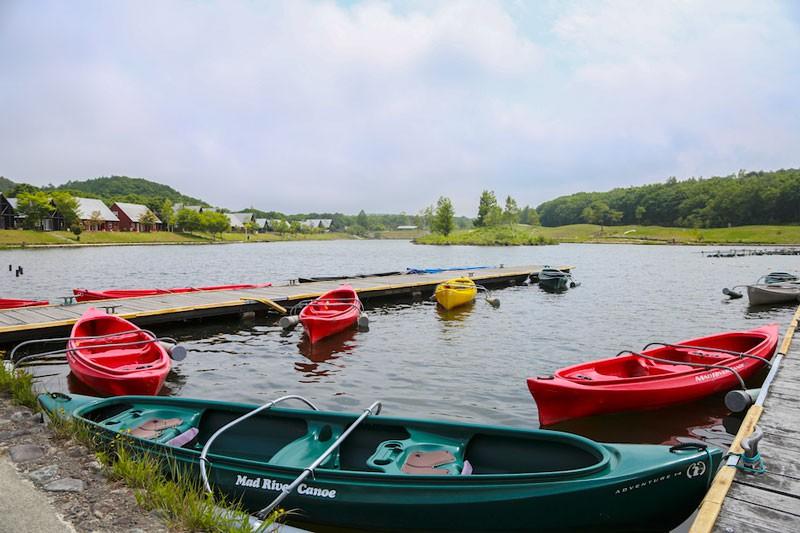 湖ではカヌーや釣りが楽しめます
