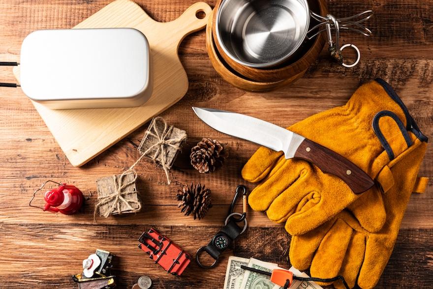 ブッシュクラフトキャンプには欠かせない「バトニング」という言葉を聞いたことはありますか?今回は、もっと自然を感じるワイルドなキャンプや焚き火をしたい!という方のために、「バトニング」の基本的なやり方やコツ、ナイフや薪の正しい選び方についてご紹介します。