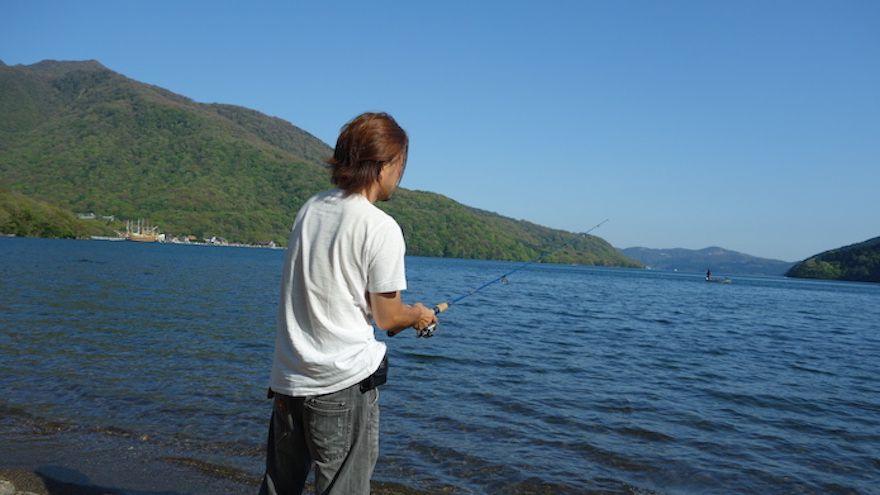 魅力3.芦ノ湖の湖畔で釣りができる