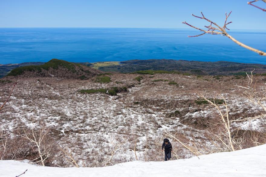 羅臼岳 急登を振り返ると、広がっているオホーツク海と富士の樹海を彷彿とさせるハイマツ帯が