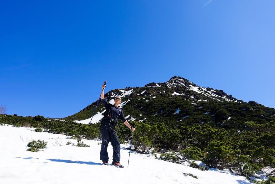 羅臼岳 間近の山頂をバックにパシャリ