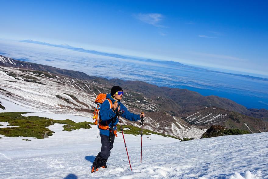 羅臼岳 山頂直下の急登の横には太平洋が見える