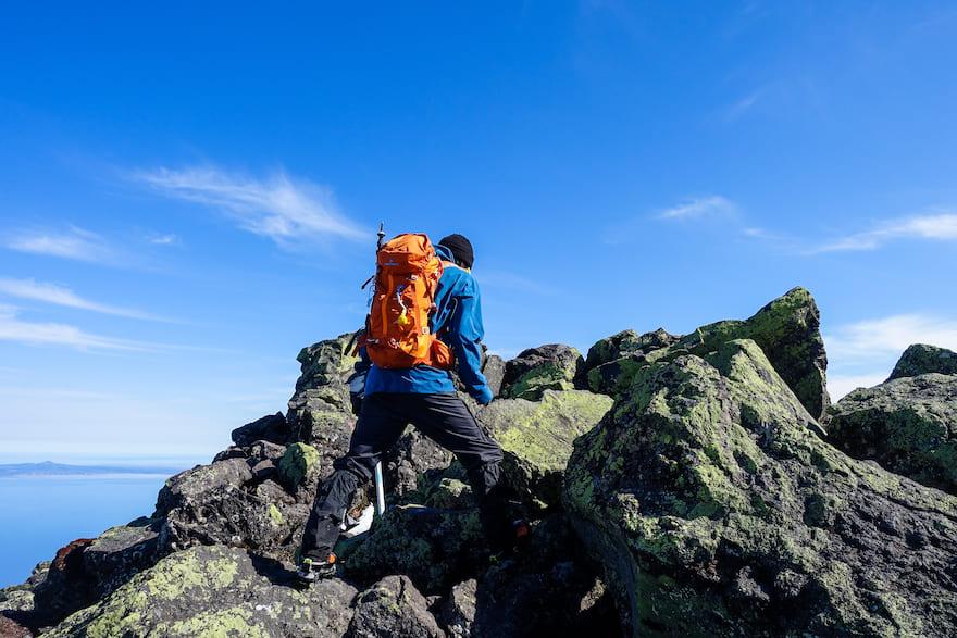 羅臼岳 ゴロゴロとした岩場を少し進む 山頂はもう目の前