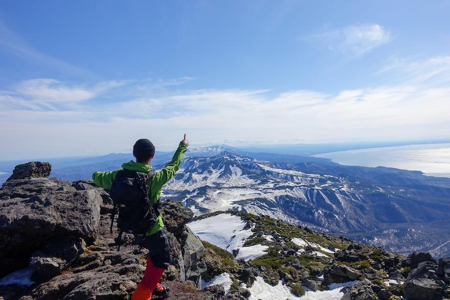 羅臼岳 反対側には北海道中央に向かって山々が連なっている